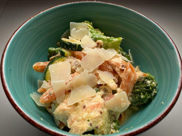 Gezonde pasta met zalm en groene groentes
